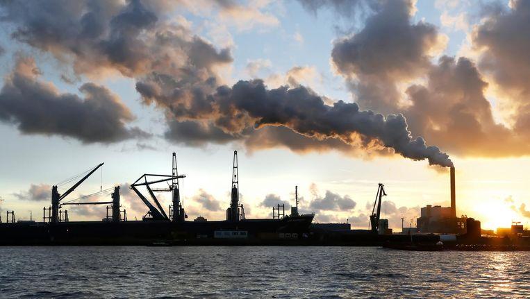 De haven van Amsterdam met rechts de kolencentrale van Nuon aan de Hemweg Beeld Hollandse Hoogte