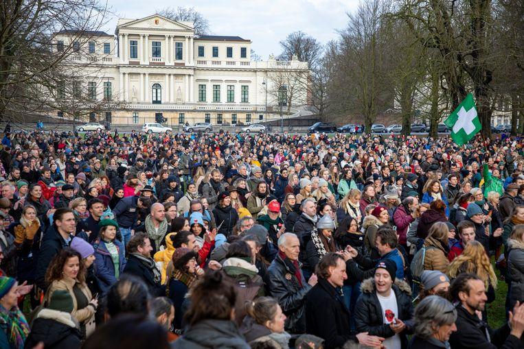 De demonstranten op het Vlooienveld in Haarlem. Beeld Michel van Bergen