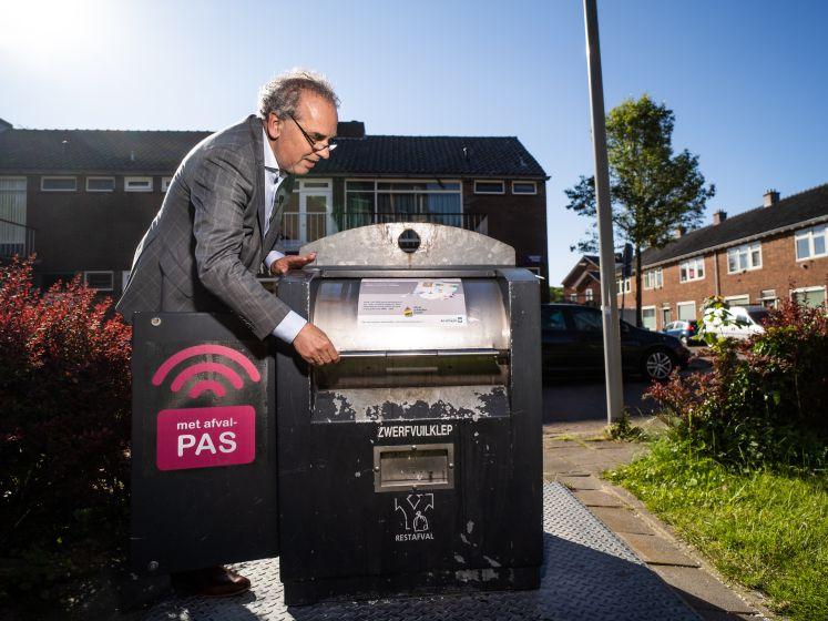 De eerste van de 1800 is van het slot: operatie 'open de afvalcontainer' is in gang gezet