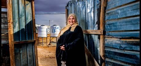 Vluchteling Ramia (37) geeft de borst in een portocabin