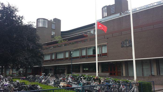 De Turkse vlag hangt halfstok op het stadhuis.