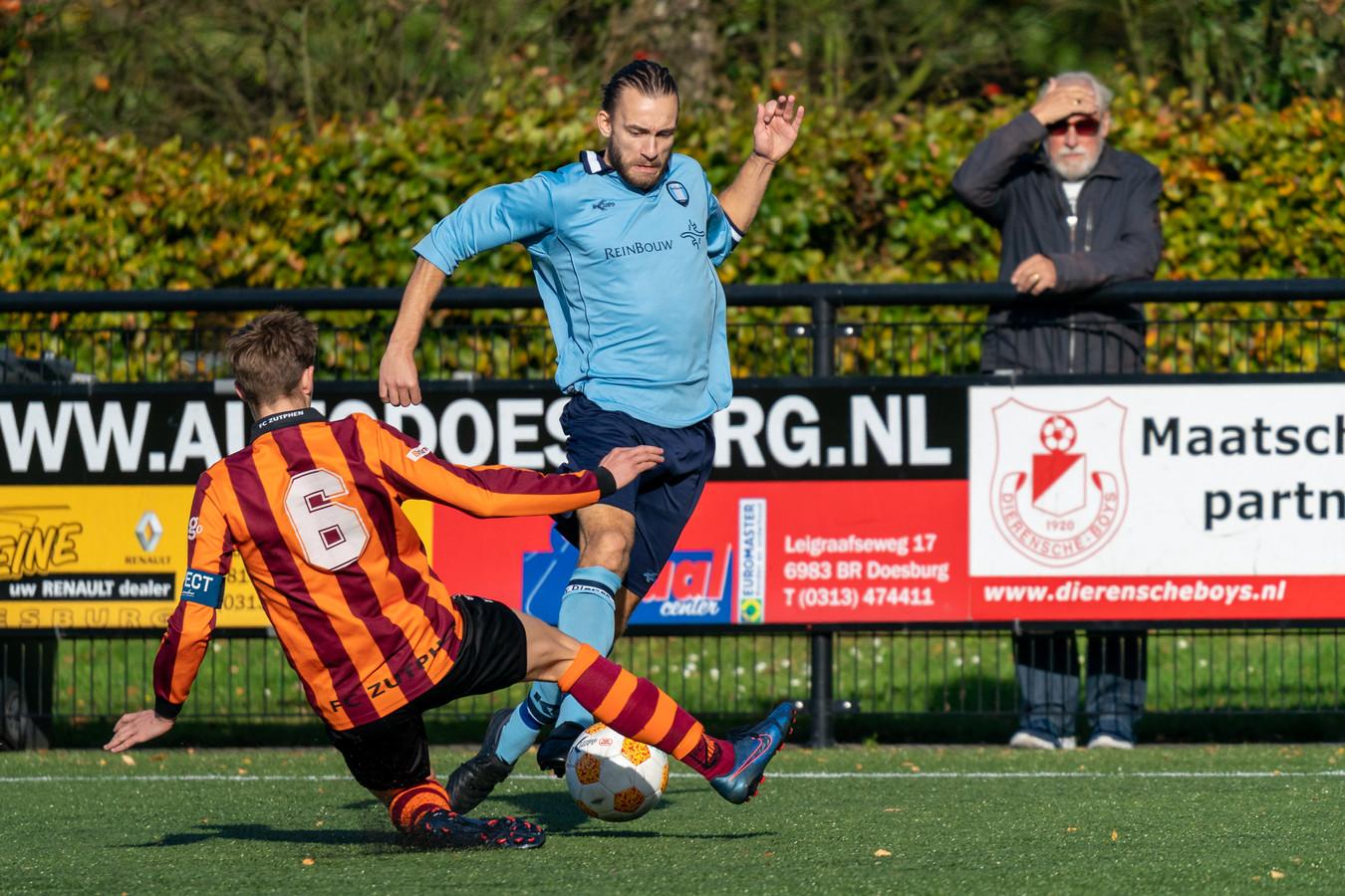 Evert Palm, hier tegen FC Zutphen, nam de helft van de Dierense productie voor rekening.