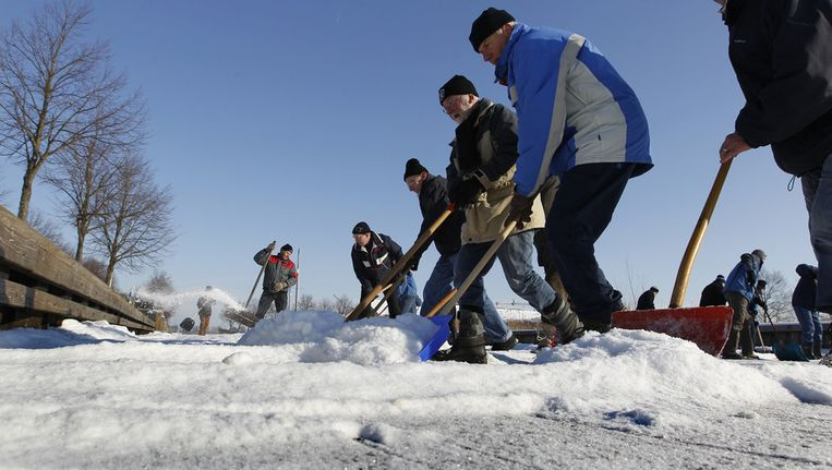 Gisteren en vandaag werd het ijs nog schoongeveegd door baanvegers. © ANP Beeld