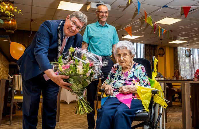 Truus van de Merwe - Monster uit Brielle wordt zondag 13 juni 105 jaar en krijgt bezoek van burgemeester Gregor Rensen. Haar zoon Jos (74) kijkt toe.