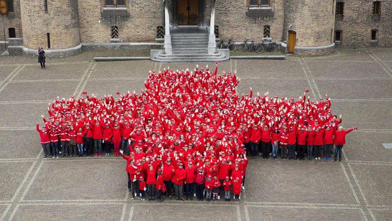 Eerder dit jaar maakten vrijwilligers een levensgroot rood kruis ter ere van het 150-jarige jubileum van het Rode Kruis. Beeld anp