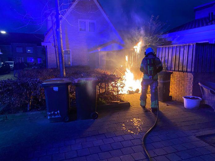 De schutting die al vaker in  brand stond in Deventer ging ook vannacht weer in vlammen op.