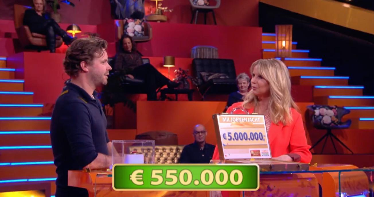 Maarten heeft vijf miljoen in zijn koffertje.
