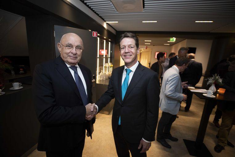 Just Spee (rechts) volgt Michael van Praag (rechts) op in het bestuur van de Europese voetbalbond Uefa. Hier, in 2019, nam hij Van Praags voorzitterschap in de KNVB over. Beeld ANP