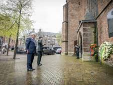 Op 8 mei 1945 werd Den Haag bevrijd, Van Zanen legt krans bij Grote Kerk