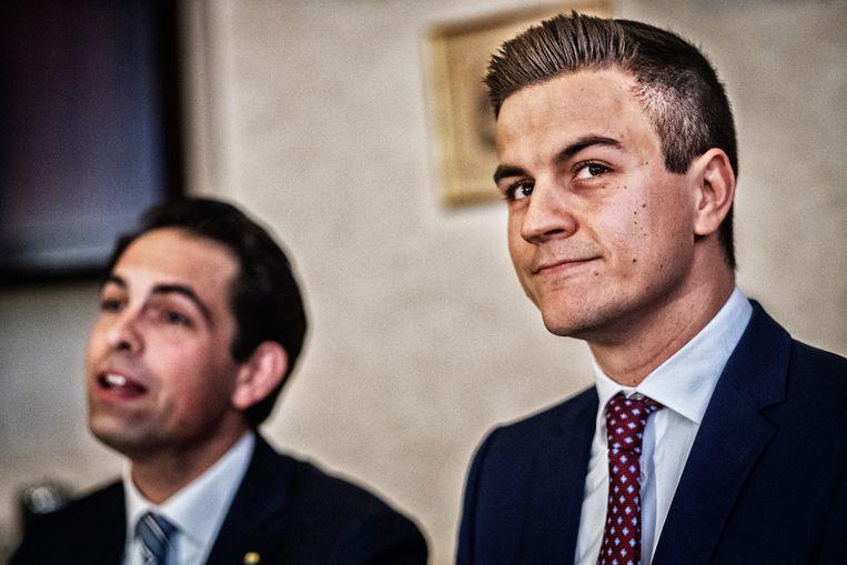 Dries Van Langenhove (rechts) naast Vlaams Belang-voorzitter Tom Van Grieken. Beeld Tim Dirven