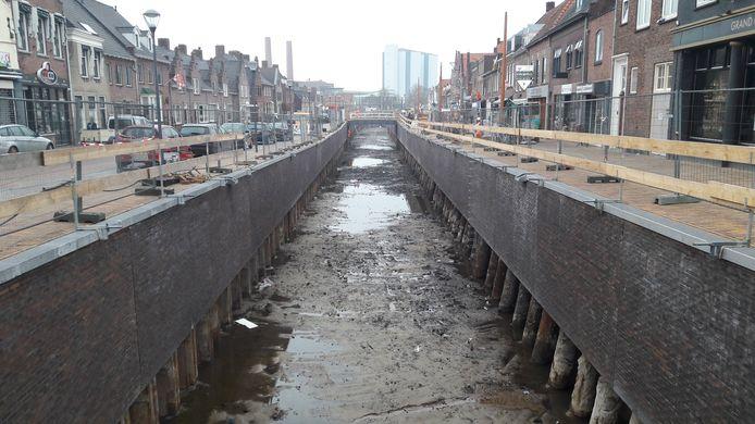 De havenbak in Zevenbergen is nu nog leeg, maar staat half december vol water.