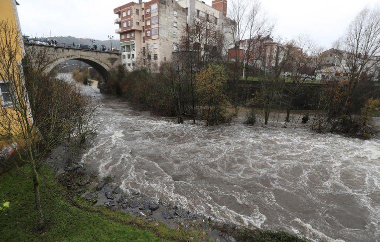 In Ponferrada, Leon, Spanje trad een rivier buiten zijn oevers. Beeld EPA
