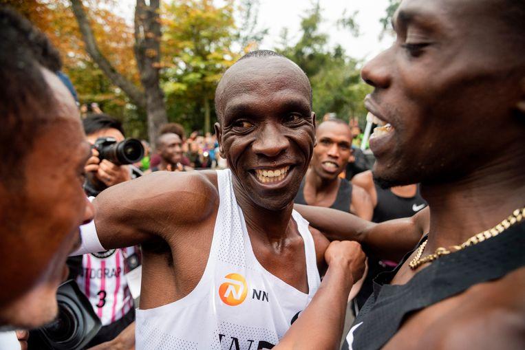 Zondag stond de marathon van Londen op het programma, daar zou Eliud Kipchoge (op de foto) het opnemen tegen Kenenisa Bekele. Het had het hoogtepunt van het marathonseizoen moeten worden.  Beeld EPA