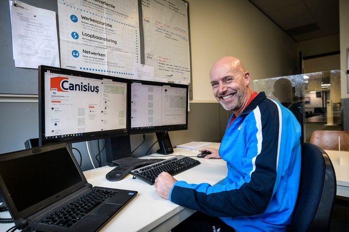 Leerlingen van het Canisius krijgen online gymles van gym docent Erwin Elfrink . Ze moeten bepaalde oefeningen uitvoeren in opdracht van de docent. Via de app Strava worden ze gevolgd . . .