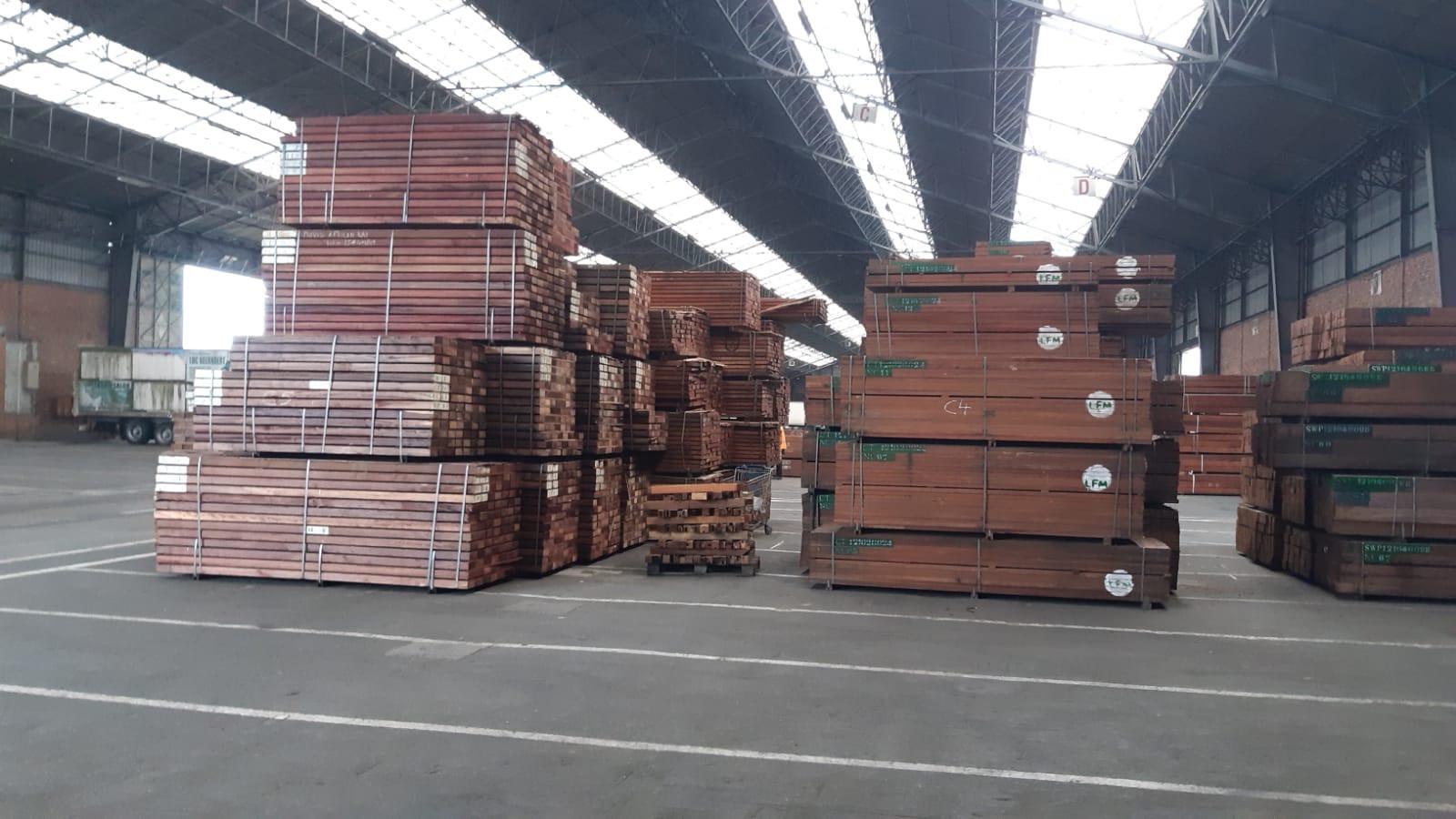De politie Rotterdam heeft veertig vrachtwagens met vermoedelijk 'fout' hout onderschept.