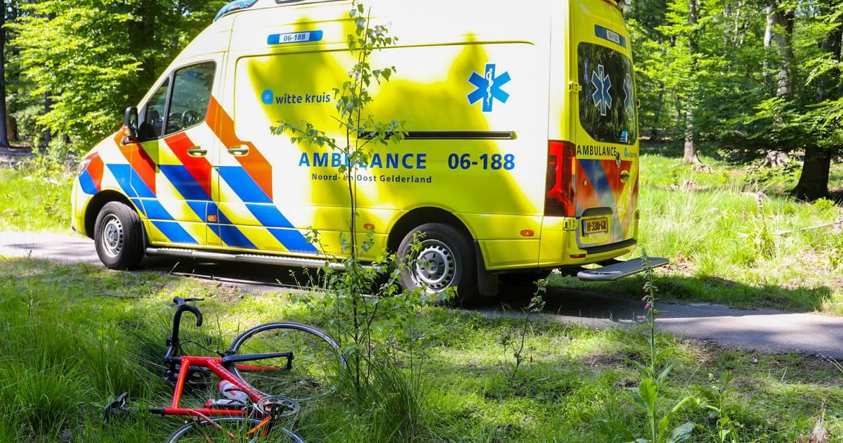 Hoogbejaarde fietser gewond bij aanrijding op de Veluwe.