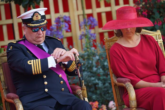 Le prince Laurent regarde sa montre et semble décompter le temps.