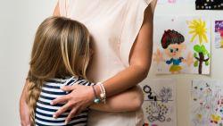 """Psychologe geeft advies over praten met je kind: """"Geef een nukkige puber vooral complimenten"""""""