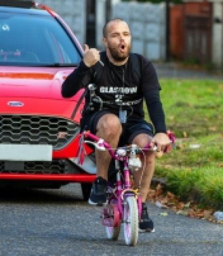 Il parcourt plus de 321 km sur le vélo de sa fille de 8 ans pour la bonne cause