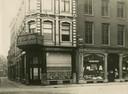 De twee panden die de Hema opkocht in 1932 om ze te verbouwen tot het warenhuis dat in 1933 werd geopend.