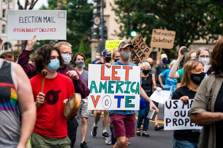 Betoging voor het huis van de topman van USPS. Demonstranten beschuldigen de man ervan opzettelijke vertragingsmanoeuvres uit te voeren om het stemmen per post te ontmoedigen.
