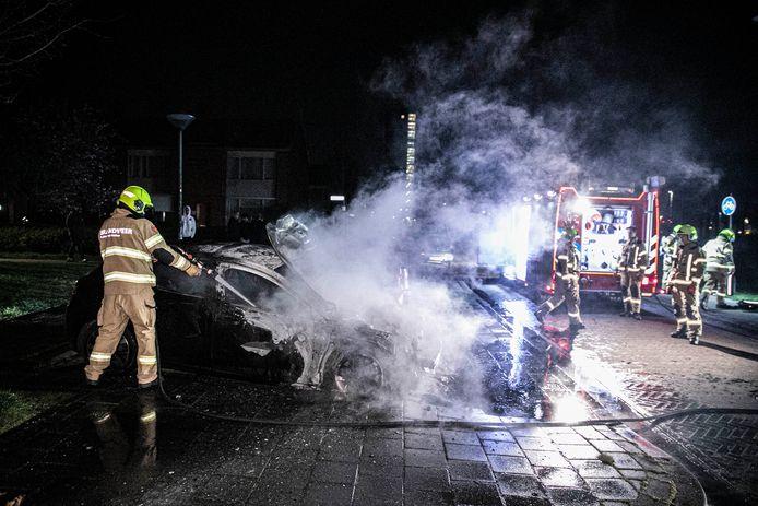Opnieuw gaat er een auto in vlammen op aan de Paardebloemstraat in arnhem-Zuid