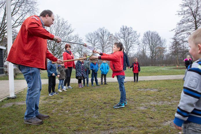 Voorzitter Huub van de Zande onthaalde eerder dit jaar het honderdste lid van de scouting Zierikzee; Matthias Verkamman