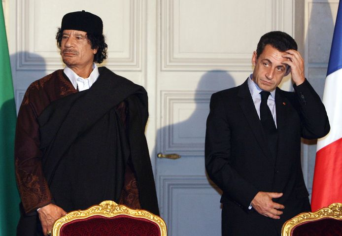 Mouammar Kadhafi et Nicolas Sarkozy.
