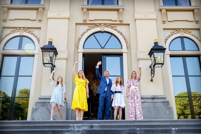 Koning Willem-Alexander, Koningin Maxima en de Prinsessen Amalia, Alexia en Ariane vieren Koningsdag in Paleis Huis ten Bosch. Om 10.00 uur spreekt de koning het land toe.
