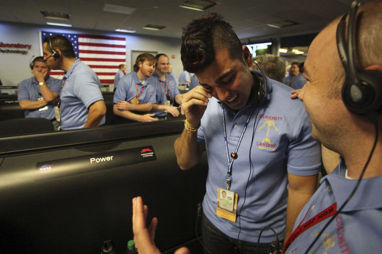Ferdowsi pinkt een traantje weg nadat Curiosity veilig op Mars was geland. Beeld getty