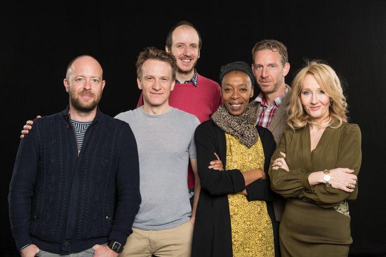 Het team achter het toneelstuk. V.l.n.r. Regisseur John Tiffany, Jamie Parker (Harry Potter), scenarist Jack Thorne, Noma Dumezweni (Hermelien), Paul Thornley (Ron) en J.K. Rowling. Beeld EPA