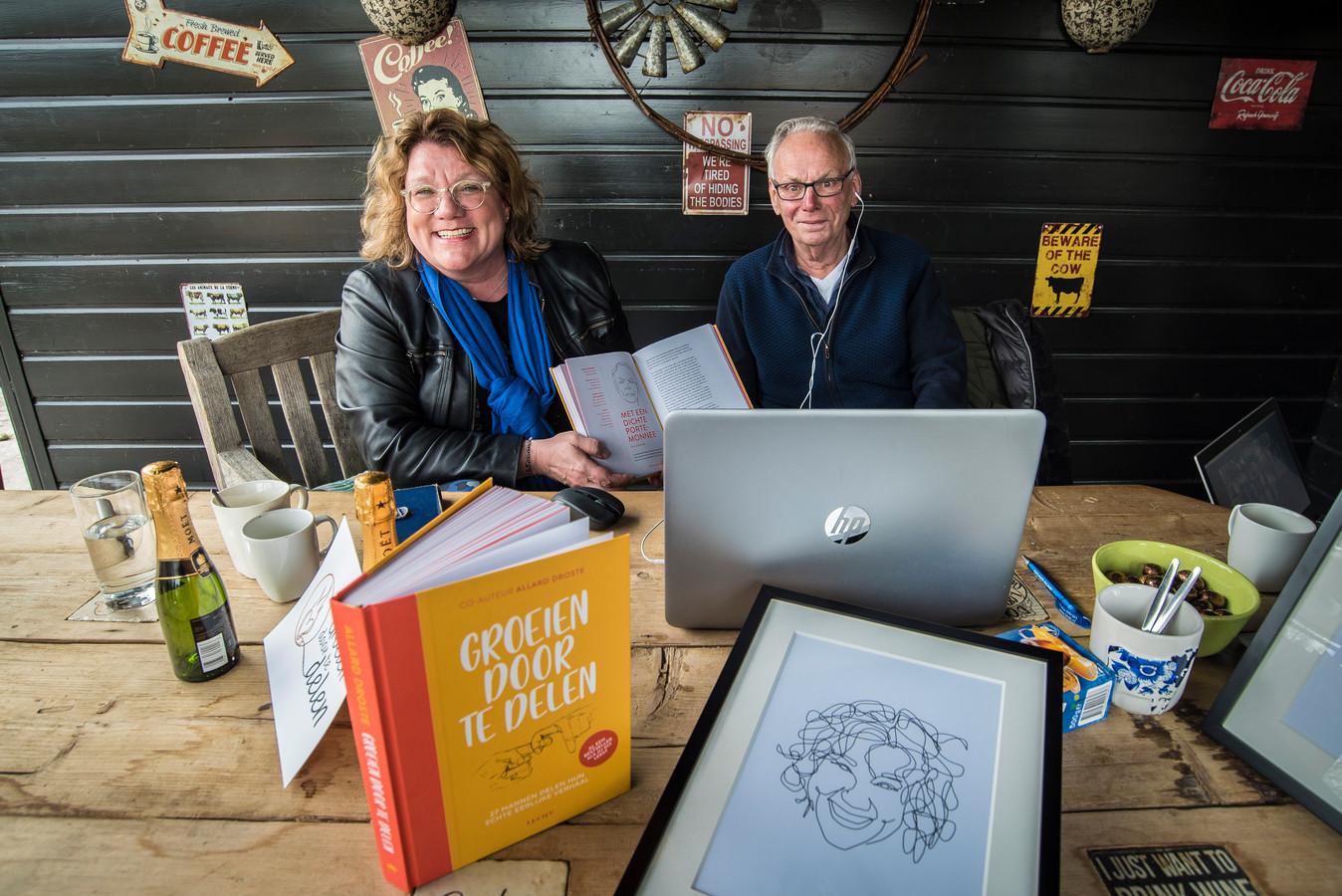Anka Jacobs en Bernard Poelman bij de feestelijke online presentatie van het boek 'Groeien door te delen'. Jacobs interviewt haar oom en nog een aantal Twentse mannen over hun leven.