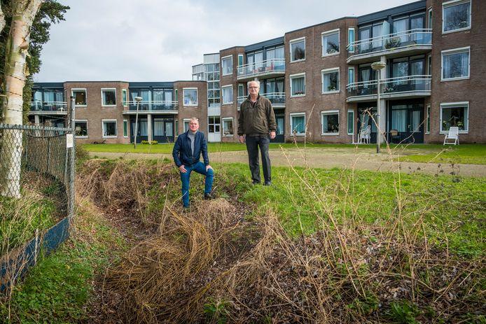 Egbert Bos (l) en Bertus Wijnne van de EBF Foundation, de stichting die onder de noemer 'Van puin naar tuin', geld inzamelt voor een nieuwe tuin bij woonzorgcentrum Het Nieuwe Feithenhof. ,,Nog net geen Avifauna, maar wel mooi om naar te kijken.''