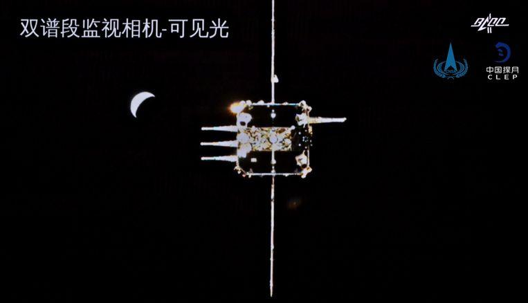Op 6 december koppelde het voertuig met het maanmateriaal succesvol aan de sonde die was achtergebleven in een baan rond de maan. Beeld AFP