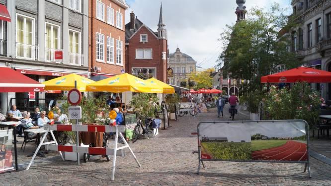 """Tieltse terrasluifels en -parasols kleuren straks allemaal zwart en coronaknip komt terug: """"Onze markt lééfde in de zomer van 2020"""""""