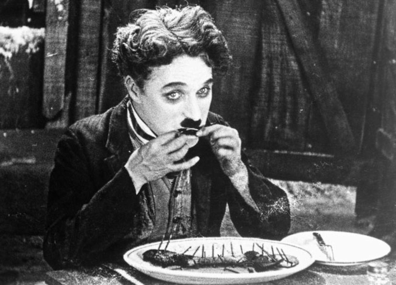 Charlie Chaplin eet een schoen.