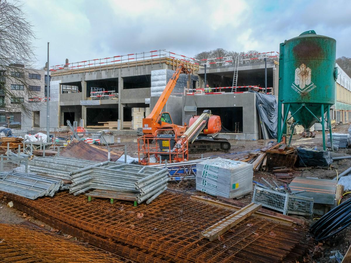 De nieuwbouw aan de bestaande sporthal is in volle opbouw.