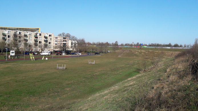De gemeente heeft deze plek langs het Rappad (links) bedacht als locatie voor drie tot vijf tiny houses. Op de achtergrond rijdt het verkeer over de snelweg A28.
