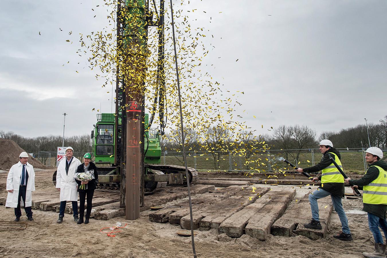 Karel Vrolijk (tweede van links) en toenmalig wethouder Thomas Zwiers (geheel links) sloegen .... de eerste paal van het nieuwe kantoor van bouwbedrijf Vrolijk op Plaza Moerdijk. Daarvoor was het gevestigd in Zevenbergen. Nu verkast het naar Breda.
