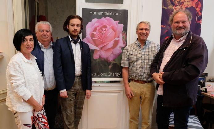 De organisatoren van de humanitaire rozenverkoop.