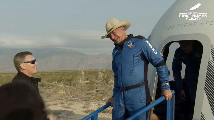 Jeff Bezos (à droite) après son retour de l'espace avec la capsule réutilisable New Shepard de Blue Origin, qui a atterri en toute sécurité le 20 juillet 2021 à Van Horn, au Texas.