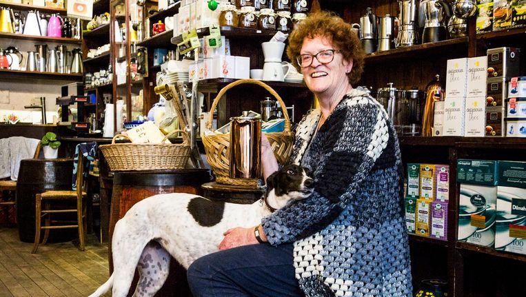 Marie Louise Velder met hond Fietje, in haar koffie-, thee- en kruidenwinkel 't Zonnetje op de Haarlemmerdijk Beeld Tammy van Nerum