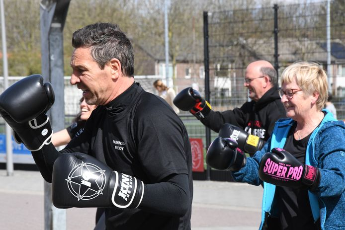 Trainer Leon Pijnenburg van Boxing Boldy begeleidt elke week een groep Parkinsonpatiënten.