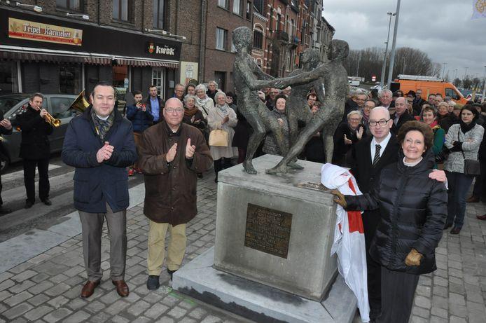 Het typische standbeeld werd dit weekend onder grote belangstelling teruggeplaatst.