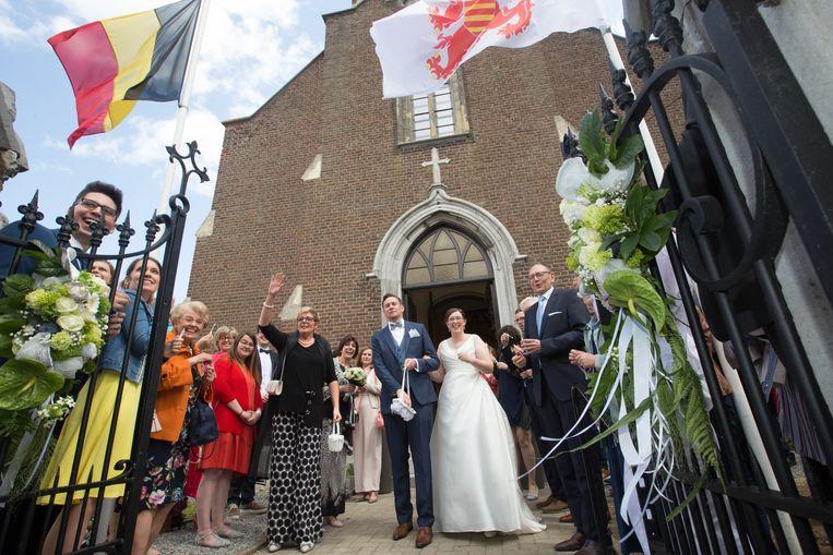 Het is de gewoonte bij een huwelijk in Herstappe dat bruid en bruidegom bij het buitenkomen van de kerk kleingeld te grabbelen gooit.