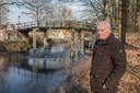 Theo de Groof bij het Eindhovensch Kanaal waar het bluswater uit gehaald werd.
