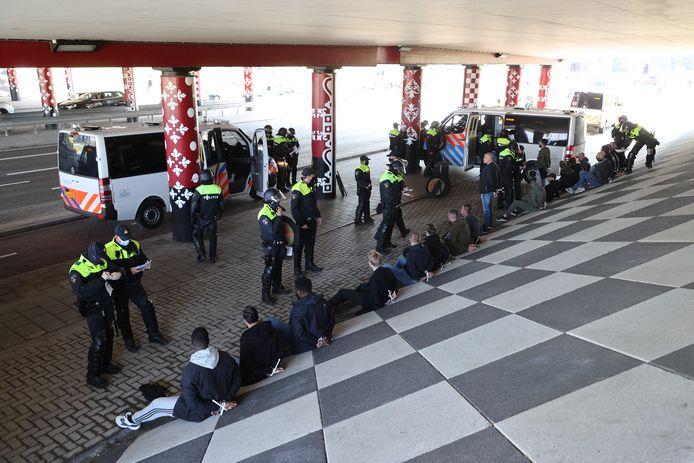 Meerdere jongeren zijn vandaag aangehouden in Delft. Het zou gaan om voetbalhooligans die met elkaar op de vuist wilden gaan.