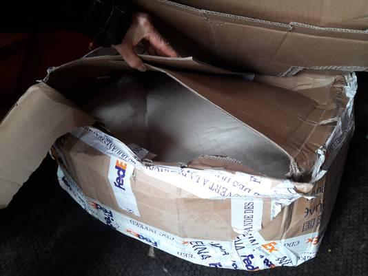 Een doos met drugschemicaliën die de politie onderschepte in Eindhoven.