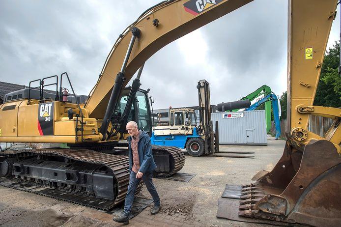 Ad van Breugel loopt op bedrijventerrein Kerkhoven tussen de machines van zijn collega-ondernemer Barning door.