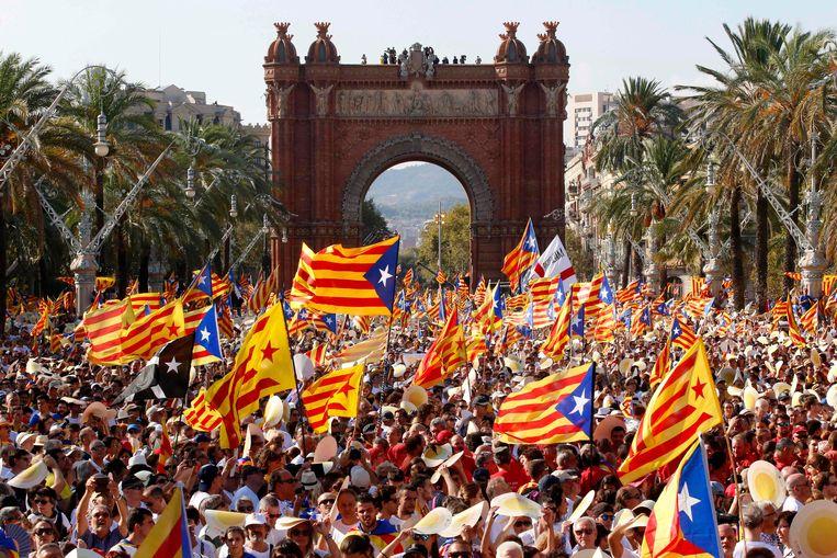 ► Voorstanders van de Catalaanse onafhankelijkheid komen op straat in Barcelona tijdens La Diada, hun feestdag. Maar niet alle Catalanen willen Spanje verlaten, zo bewijzen de 'Tabarnezen'. Beeld AFP